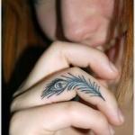 tatouage doigt symbole plume de paon