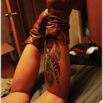 tatouage femme 6 magnifiques plumes mollet tres colorees