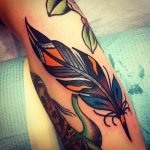 tatouage femme plume mollet style colore oldschool