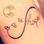 tatouage infini plume femme oiseaux et mot hope