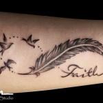 infini femme a tatouer mot faith plume et 3 hirondelles