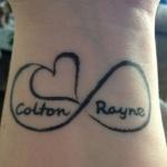 infini tatouage femme avec coeur et 2 prenoms sur poignet