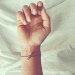 tatouage bracelet discret infini femme