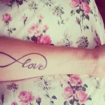 tatouage symboles infini fille avant bras interieur