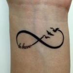 tatouage symboles infini phrase be brave et 3 oiseaux qui s envolent