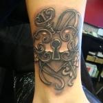 coeur avec cadenas et clef femme a tatouer cheville et bas mollet