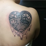 coeur femme a tatouer dentelle guipure dos omoplate