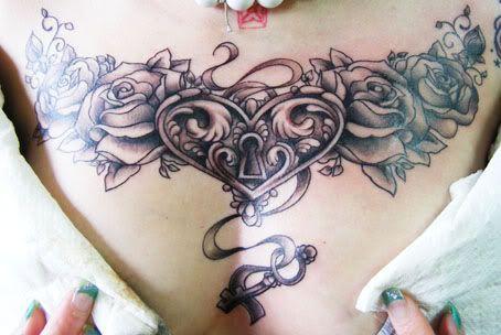 coeur femme a tatouer dos avec roses et cadenas