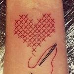 coeur femme a tatouer poignet couture et aiguille