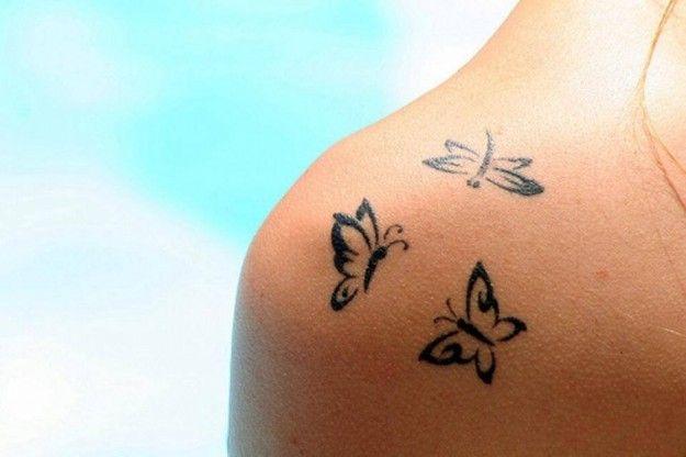 exemple tatouage 3 papillons femme epaule contour
