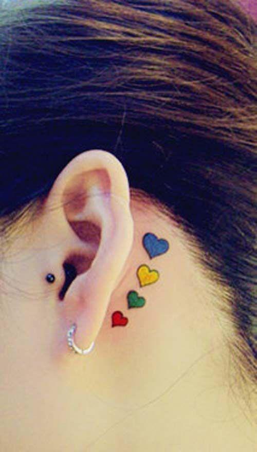 exemple tatouage 4 coeurs bleu jaune vert et rouge femme