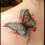 exemple tatouage aquarelle papillon femme dos sur omoplate