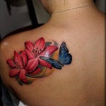 exemple tatouage papillon bleu dos omoplate femme avec 2 lys roses