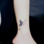 idee tattoo papillon femme haut cheville avec arabesque