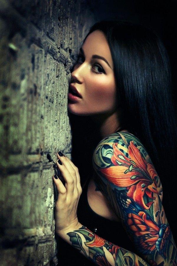 magnifique tatouage femme manchette avec motif papillon