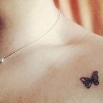 modele tatouage discret et petit papillon sous clavicule
