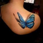 modele tatouage papillon 3d en relief bleu sur haut du dos cote droit