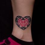 modele tatouage papillon dans coeur noir et rose dessus de cheville
