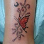 modele tatouage papillon monarque et arabesque lune sur cheville mollet