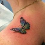 papillon colore et 3d tatouage femme epaule