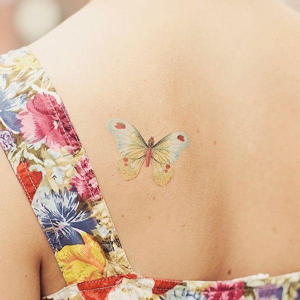 papillon dans le dos femme a tatouer