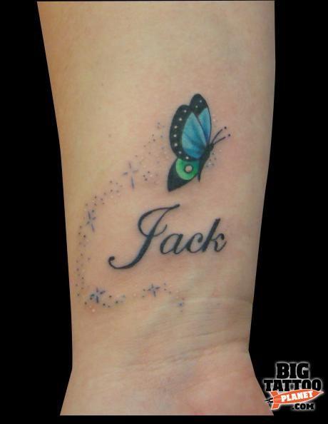 papillon femme a tatouer interieur poignet avec prenom