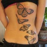 papillons monarque dos femme a tatouer