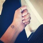 petit coeur discret sur femme a tatouer poignet