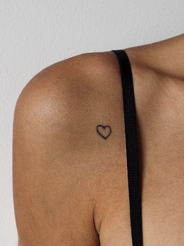 petit tatouage discret epaule femme coeur  contour