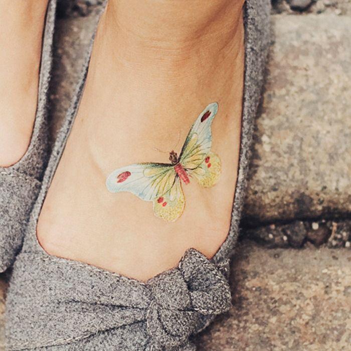 petit tatouage discret femme papillon pied