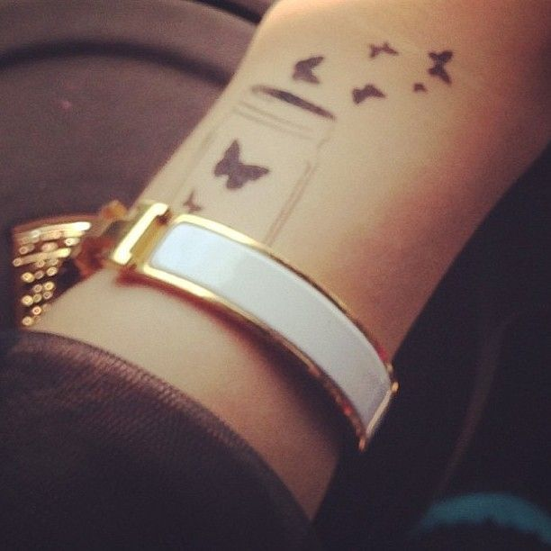 petit tatouage femme nuee de papillons interieur avant bras poignet
