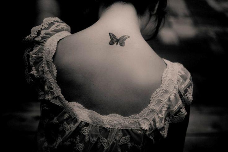 petit tattoo discret papillon dos sous la nuque