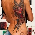 photo grand tatouage femme papillon moitie dos cote droit