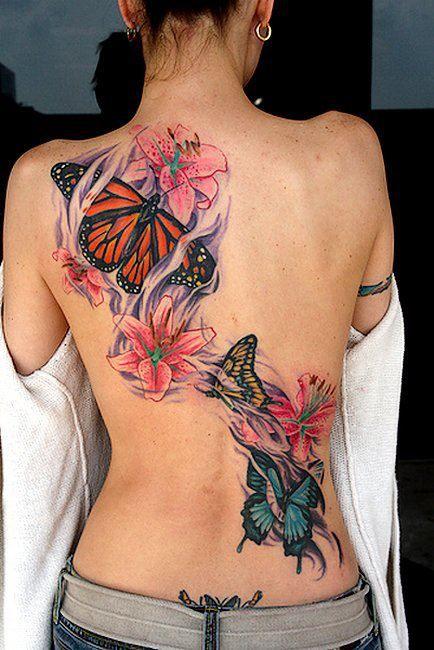 photo grand tattoo feminin papillons et fleurs dans le dos