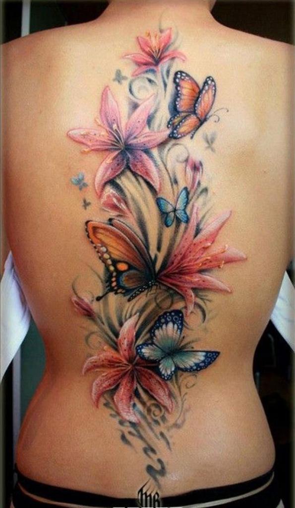photo grand tattoo feminin papillons et fleurs le long de la colonne vertebrale