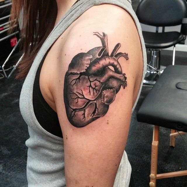 photo hyperrealiste tattoo feminin coeur epaule