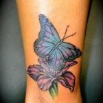 photo tattoo feminin papillon sur fleur cheville mollet