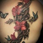 photo tattoo feminin papillons avec fleurs et 2 dates dos omoplate et epaule