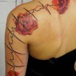 tatouage battements coeur et fleurs coquelicot dos et bras