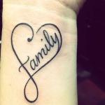 tatouage coeur femme poignet avec family au centre