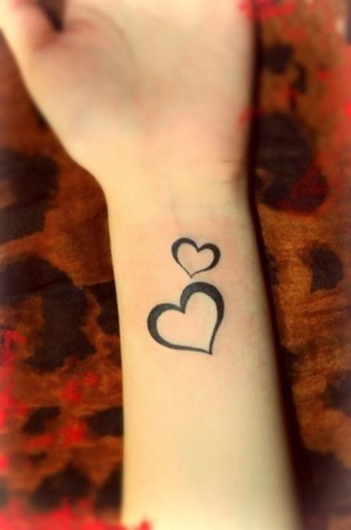 tatouage femme 2 coeurs contour noir bras