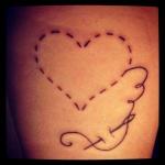 tatouage femme coeur cousu avec aiguille