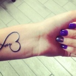 tatouage femme coeur love et infini interieur poignet