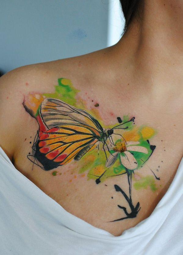 tattoo aquarelle papillon butinant fleur