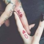 tattoo cartes roi et dame de coeur doigt