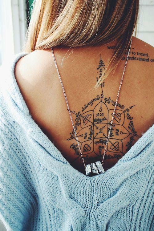 dos femme a tatouer avec fleches et symbole tribal et paragraphe omoplate