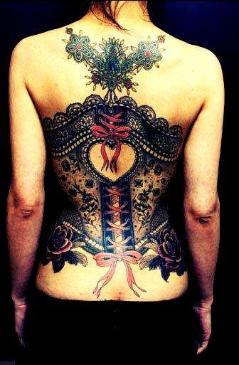 exemple tatouage dos femme corset dentelle avec guipure et noeuds rose
