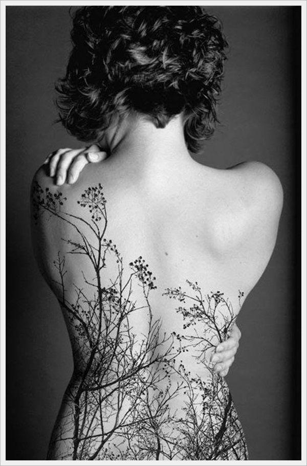 exemple tatouage dos femme foret avec arbres sans feuilles