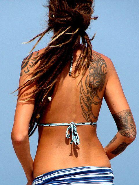 exemple tatouage tribal dos femme cote droit