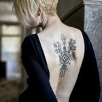 haut du dos femme a tatouer tres esthetique